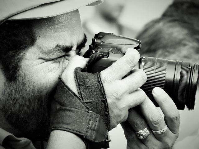 Fotograf pri fotení.jpg