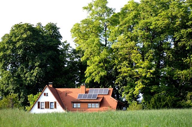 Domček uprostred zelene