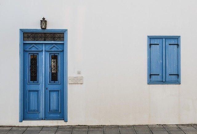 Modré dvere na bielom dome a svetlo nad nimi