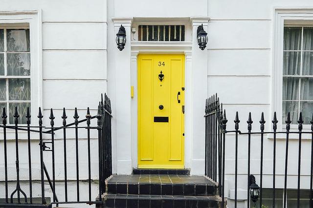 Dom so žltými dverami a dvoma svetlami