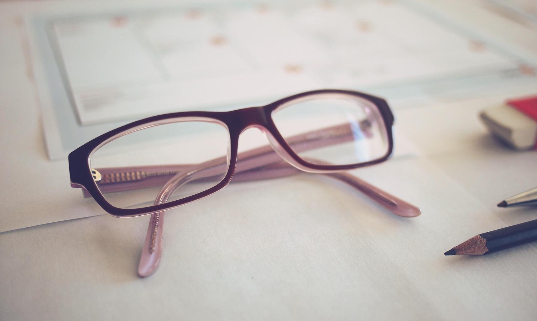 okuliare, ceruzka